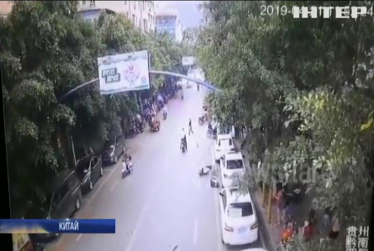 У Китаї водійку скутера збив гусак