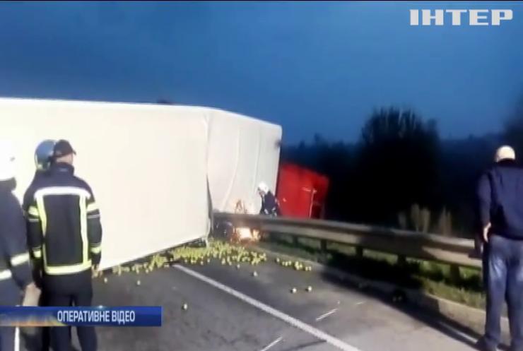 На Рівненщині вантажівка знесла легковик і розкидала тонни яблук