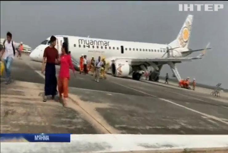 У М'янмі літак здійснив аварійну посадку без переднього шасі (відео)