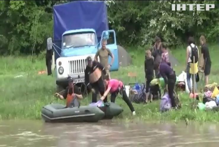 На Хмельниччині десятки дітей опинилися у водяній пастці
