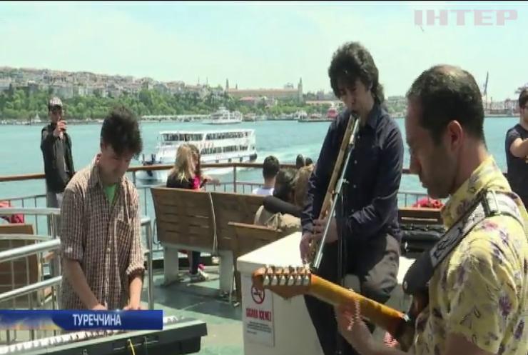 Пасажирів стамбульського порома розважатиме інструментальне тріо