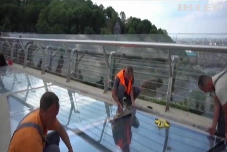 У Києві відновили скляні елементи нового пішохідного мосту