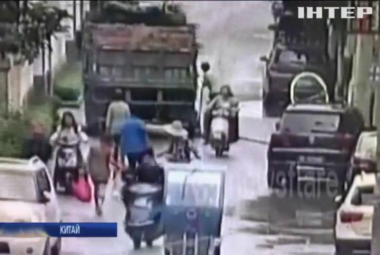 У Китаї вантажівка провалилася під землю (відео)