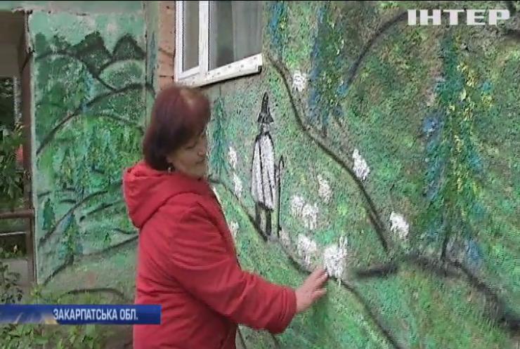 Пенсіонерка з Ужгорода перетворила власний під'їзд на справжню галерею