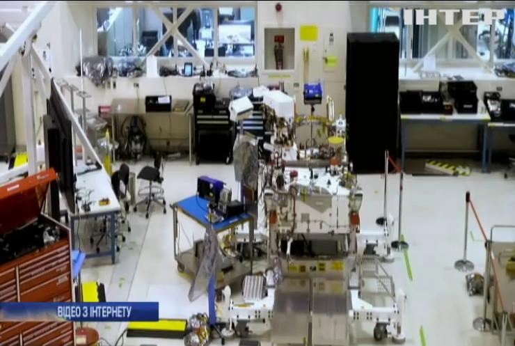 """NASA транслює складання марсохода """"Марс 2020"""" у прямому ефірі"""