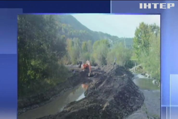 На Закарпатті авто з пасажирами зірвалося в гірську річку