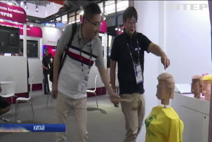 Лялькова голова Трампа стала найпопулярнішою на виставці у Китаї