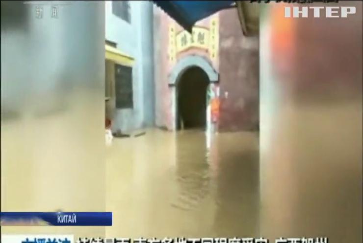 У Китаї повені забрали життя десятків людей