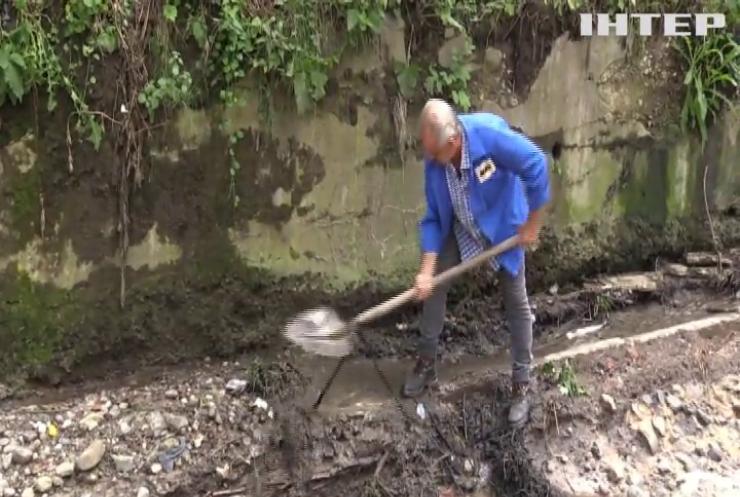 На Львівщині потоки води знесли кілометри доріг