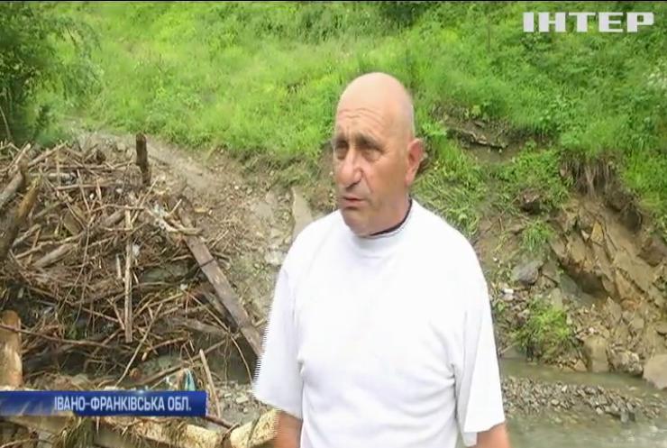 Зруйнований міст: на Прикарпатті повінь відрізала село на півтори тисячі жителів