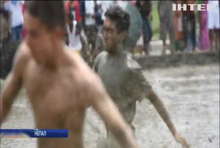 Жителі Непалу скупалися у багнюці