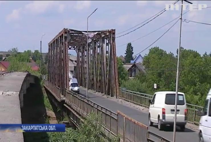 На Закарпатті руйнується аварійний міст