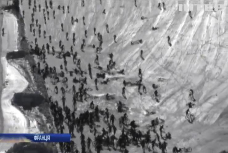 """Сотні велосипедистів впали з """"Пекельної гори"""" у французьких Альпах"""