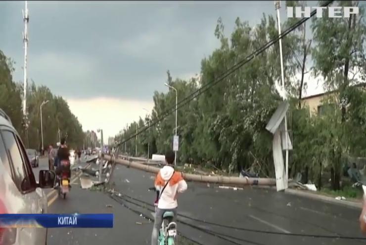 Змітає все на своєму шляху: потужний торнадо атакував Китай (відео)