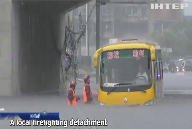 Китай потерпає від потужних повеней: влада оголосила евакуацію