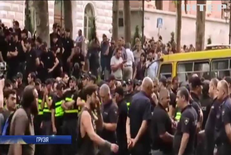 У Тбілісі поліція зайняла будівлю парламента