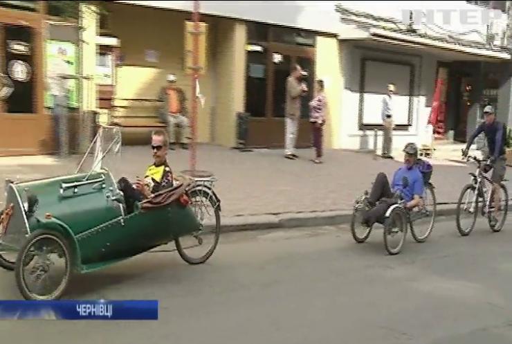 Жителі Чернівців закликають водіїв пересісти на велосипеди