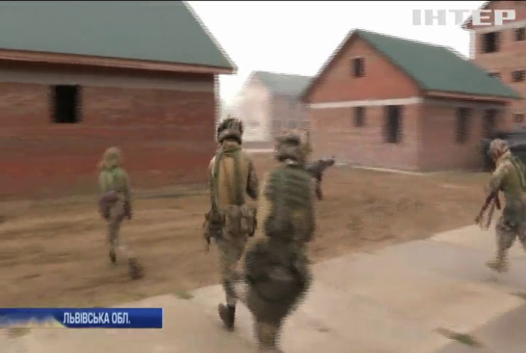 На Львівщині десантники та солдати НАТО штурмували містечко