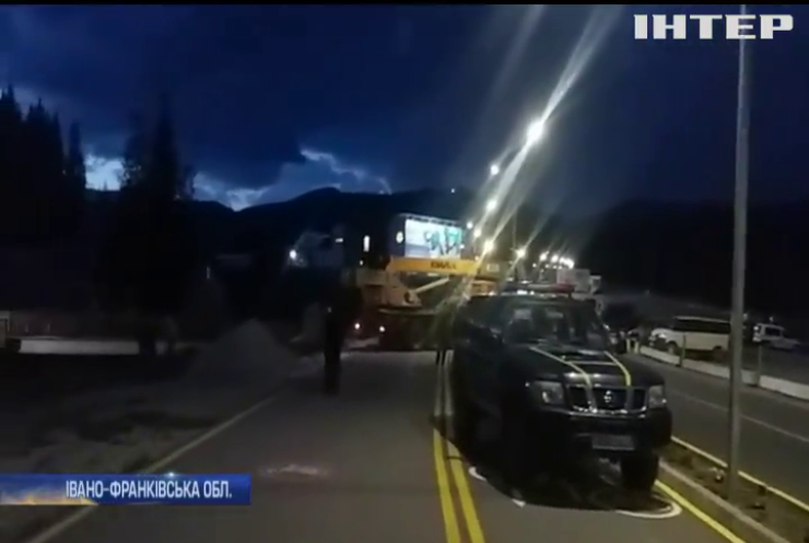 На Прикарпатті п'яний водій збив жінку та зірвався у прірву