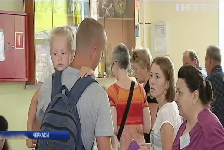 На виборчих дільницях Черкащини з'явилися перші черги