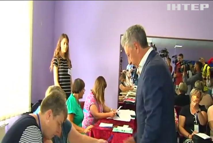 Юрій Бойко одним з перших проголосував на виборчій дільниці