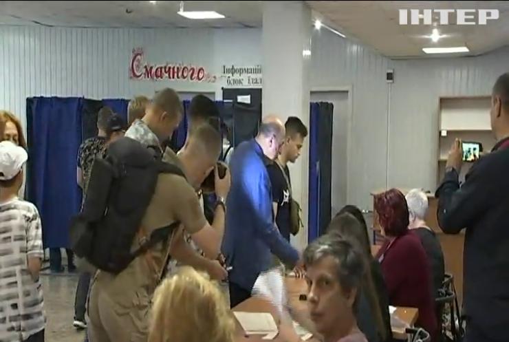 Вадим Рабінович вистояв чергу щоб проголосувати на виборах