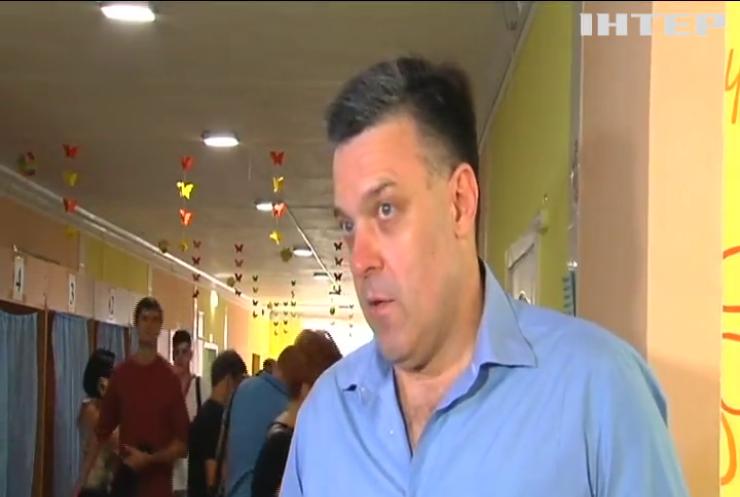 Олег Тягнибок прийшов на виборчу дільницю разом із дітьми