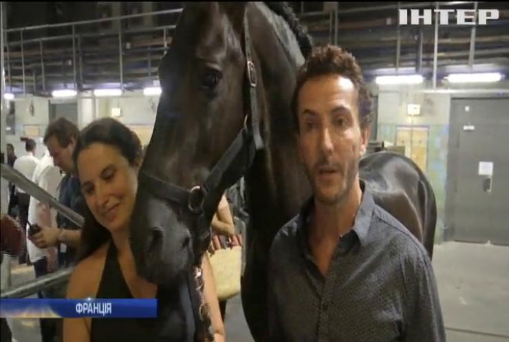 На залізничному вокзалі влаштували шоу з конем (відео)
