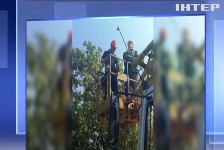 Небезпечне селфі: на Миколаївщині підлітки застрягли на високовольтній опорі (відео)