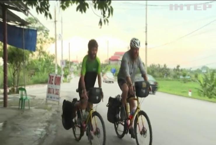 Двоє британців на велосипедах перетнули євразійський континент
