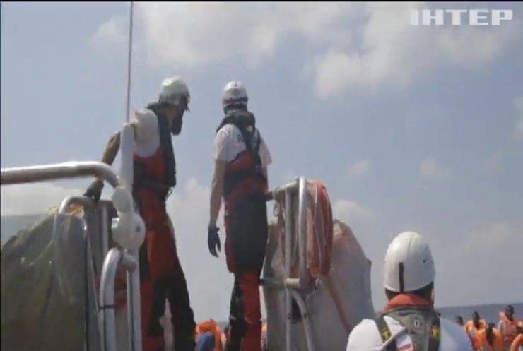 Десятки біженців переправлялися надувним човном у Середземному морі