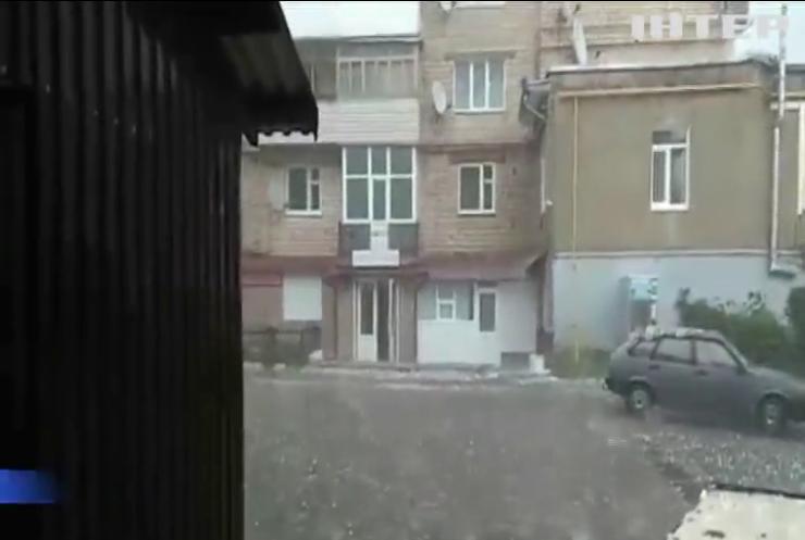 Зливи та град: в Україні знеструмлені понад 2 сотні населених пунктів