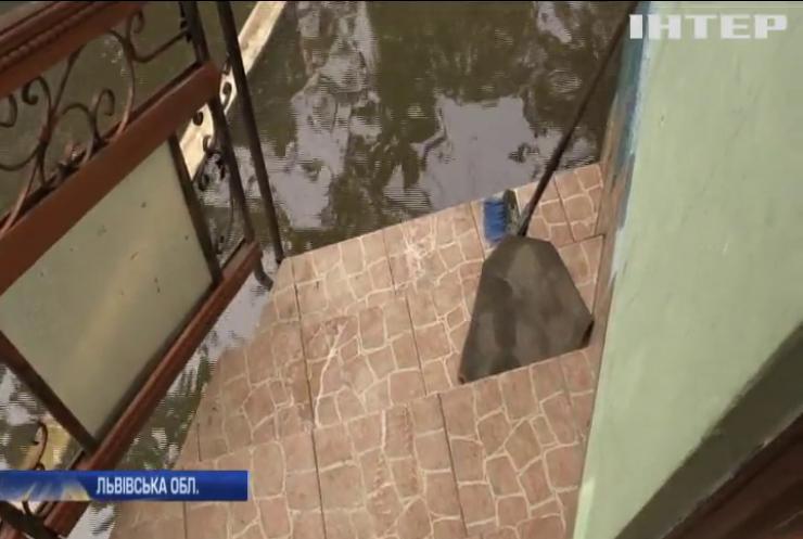 Стеля на голову: у Львові будівля обласної лікарні не витримала сильних дощів