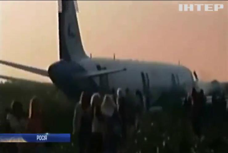 У Росії пасажирський літак здійснив аварійну посадку на кукурудзяному полі (відео)