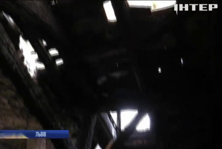 Стеля на підлозі: у Львові обласна лікарня не витримала потужних дощів