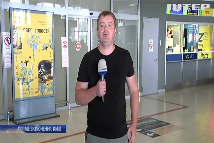 """В """"Жулянах"""" кореспонденти та родичі моряків чекають на повернення українських політв'язнів"""