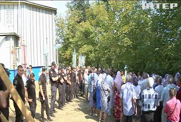Релігійний конфлікт: представники ПЦУ намагалися захопити Свято-Успенський храм УПЦ на Буковині