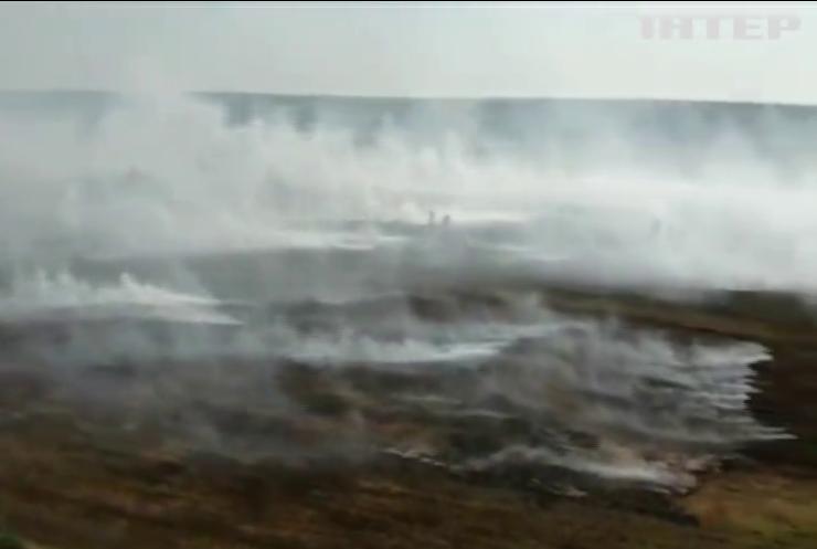 На півночі Рівненщини вже третій день горить суха трава