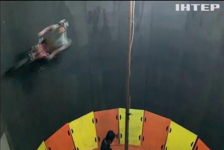 """Індонезійська дівчина виконала трюк """"Стіна смерті"""" на мотоциклі без захисту"""