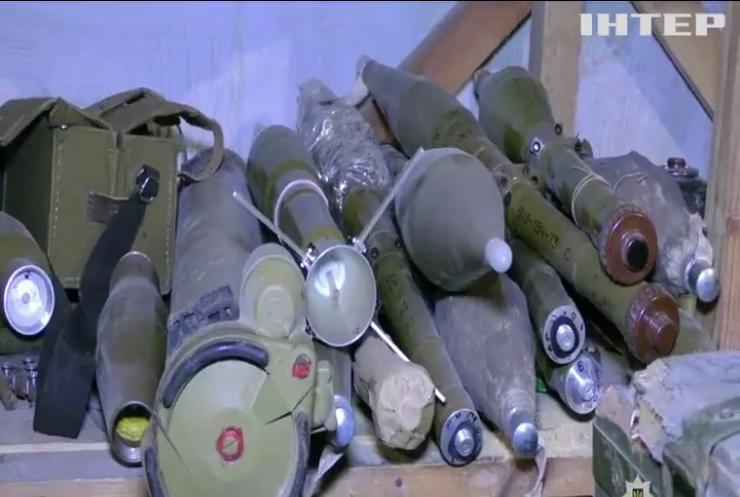 На Донеччині добровольці передали озброєння поліцейським