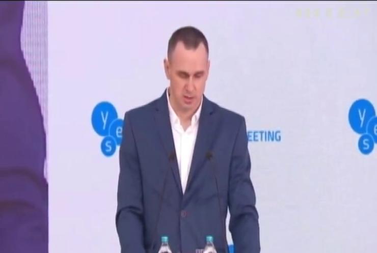 Олег Сенцов показав пластикову баночку з неволі