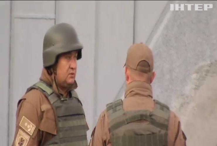 Колишній військовий зупинив своє авто на мосту Метро і почав погрожувати підірвати споруду