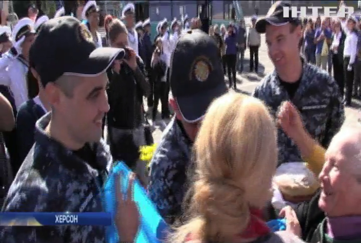 Символ мужності та незламності: у Херсоні зустрічали трьох українських моряків