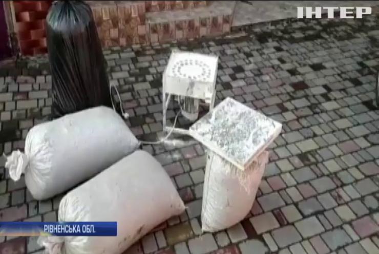 На Рівненщині викрили підпільні цехи з оброблення бурштину