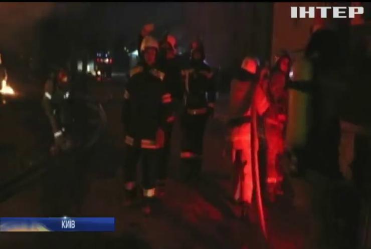 За ніч у Києві гасили дві великі пожежі
