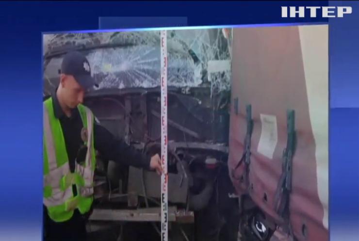 Жахлива аварія на Київщині: вантажівка розтрощила припаркований автобус