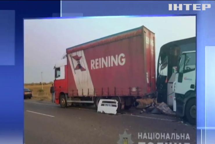 На трасі Київ-Харків вантажівка протаранила автобус