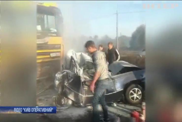 Під Києвом вантажівка розчавила легковий автомобіль