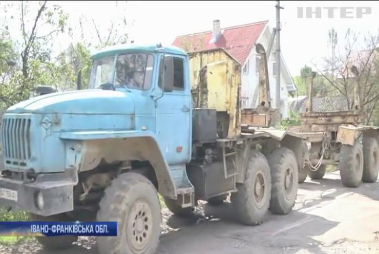 Жителі Прикарпаття протестують проти вантажних перевезень сільськими дорогами