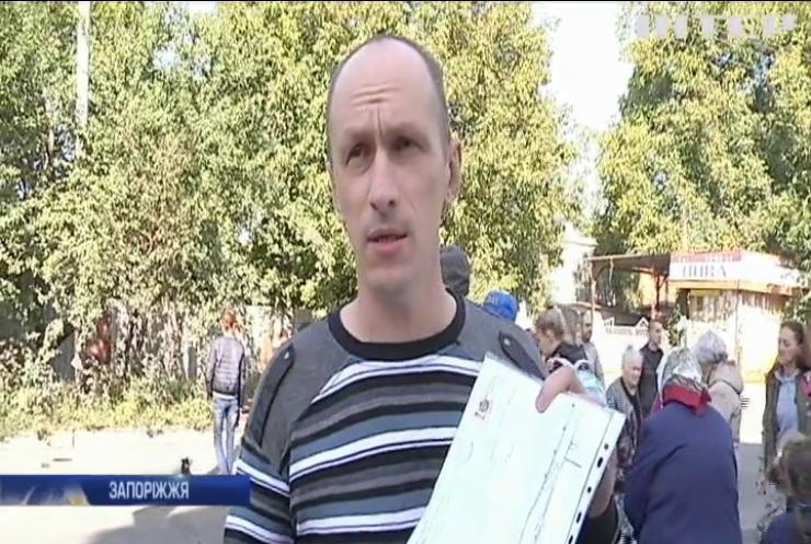 На Запоріжжі батьки протестом вимагали встановити світлофор біля школи